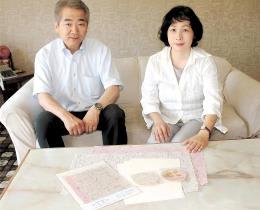 モモの枝切りを使った「福咲和紙」を前にする小野さんと吉田さん
