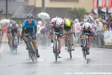 僅差のスプリント勝負を制したのは木村圭佑(シマノレーシング、写真左)