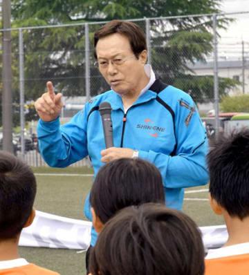 少年サッカー教室で指導する釜本さん(京都市伏見区・下鳥羽公園球技場)