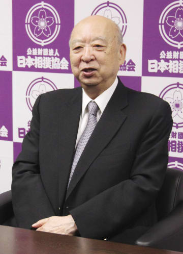 日本相撲協会の評議員会議長に選出され、取材に応じる海老沢勝二氏=12日、東京・両国国技館