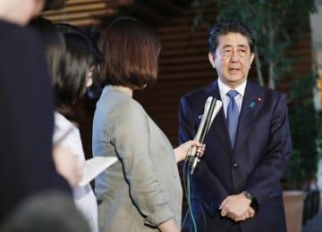 米朝首脳会談を受け、取材に応じる安倍首相=12日午後、首相官邸