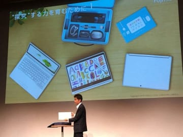 新製品の小学生向けノートパソコンを説明する開発責任者の吉田慎二執行役員=東京都内