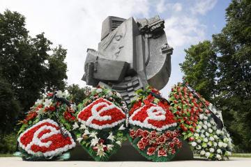 ルジニキ競技場脇に設置されている慰霊碑=11日、モスクワ(共同)