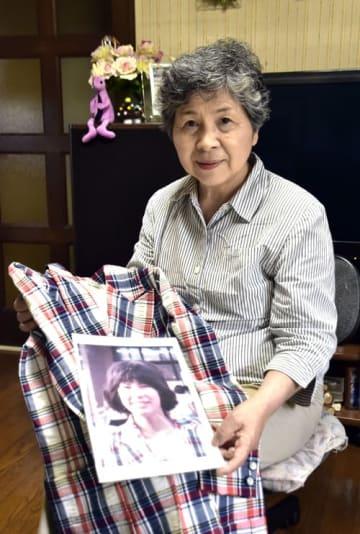 失踪した了子さんのジャケットを手にする竹下さん。「被害者も家族も高齢化している。この機を逃さないで」と拉致問題の早期解決を願った=千葉市若葉区