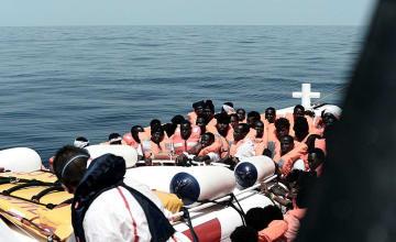 12日、地中海中部で救助された移民・難民(ロイター=共同)
