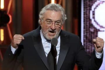 トニー賞授賞式で、ロバート・デ・ニーロは拳を振り上げてトランプ大統領を批判 (写真:The New York Times/Redux/アフロ)