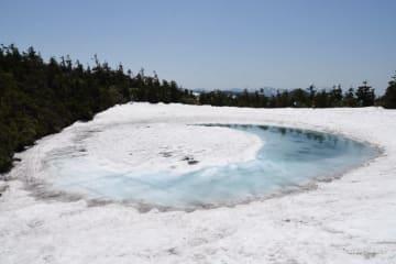 雪解けの形が「竜の目」に見える「八幡平ドラゴンアイ」=4日午前11時8分、八幡平市・八幡平山頂付近の鏡沼