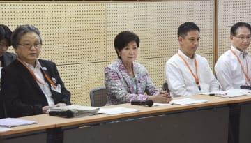 東京都の児童相談所の拠点施設「東京都児童相談センター」の視察で、会議に出席する小池百合子都知事(左から2人目)=13日午前、東京都新宿区