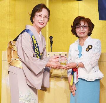 山本会長(左)、日本東リジョンガバナーの村上道子氏