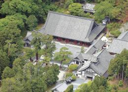 上空から望む瑞巌寺。最も広い屋根を持つのが本堂。右脇に廊下、今回の修理対象外の庫裏と続く
