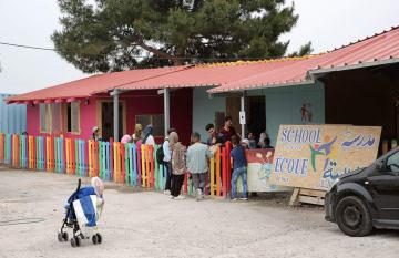 民間支援団体がつくった学校に集まる子どもたち=4月、ギリシャ東部レスボス島(共同)