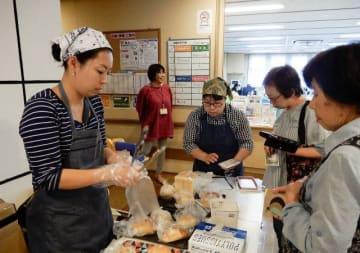 パンなどを販売した「ママ・マルシェ」。中央が津ノ井さん =中村地域ケアプラザ(横浜市南区)