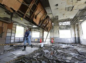 報道陣に公開された岩手県大槌町の旧役場庁舎の2階部分。天井が崩れ落ち、がれきが散乱している。同庁舎では東日本大震災の津波で多くの職員らが犠牲となった=13日午後