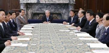 国会内で開かれた、参院選の制度改革を巡る代表者懇談会。中央は伊達参院議長=13日午後