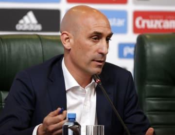 スペイン代表のロペテギ監督解任について記者会見する、同国サッカー連盟のルビアレス会長=クラスノダール(ゲッティ=共同)