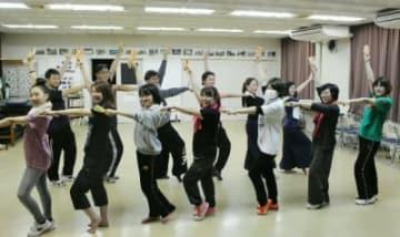 総踊り曲の振り付けを練習する県YOSAKOI連絡協議会のメンバー