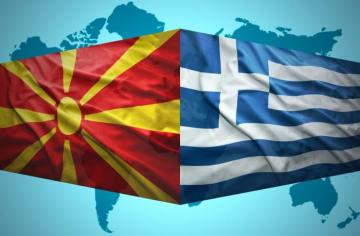 マケドニア(左)とギリシャの国旗。