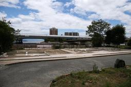 基礎部分だけを残し、解体工事を終えた「浜風の家」の跡地=芦屋市浜風町(撮影・風斗雅博)