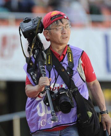 FC岐阜の公式カメラマンを務める山田一仁さん。8度目のW杯撮影を前に「記憶に残る写真を撮りたい」と話した=今月2日、岐阜市長良福光、長良川競技場