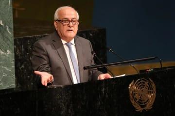 13日、国連総会の会合で演説するパレスチナのマンスール国連大使=ニューヨーク(ロイター=共同)