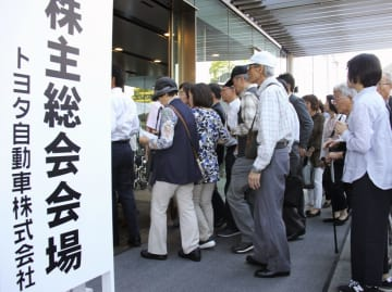 トヨタ自動車の株主総会会場に入る株主ら=14日午前、愛知県豊田市
