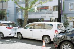 玉突きで衝突した車両=14日午前9時20分ごろ、仙台市青葉区立町の晩翠通(画像は一部加工しています)