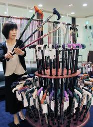 カラフルなつえが並ぶ「つえ姫神戸店」=神戸市中央区御幸通8