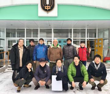 「夕張学会」のメンバーら。前列左から2人目が里見喜久夫さん=2月、北海道夕張市の旧緑陽中学校(里見さん提供)