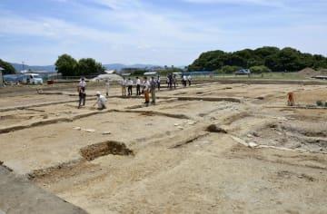 平城宮跡東院地区で見つかった加熱調理施設跡(左側)。低い位置(右側)にある大型井戸の遺構と階段でつながっている=14日、奈良市