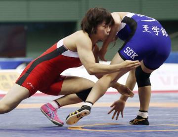 女子55キロ級決勝 五十嵐彩季(右)を破り優勝した向田真優=駒沢体育館