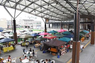 まちなか広場を使って初めて開かれたテント市「ぼんちマルシェ」
