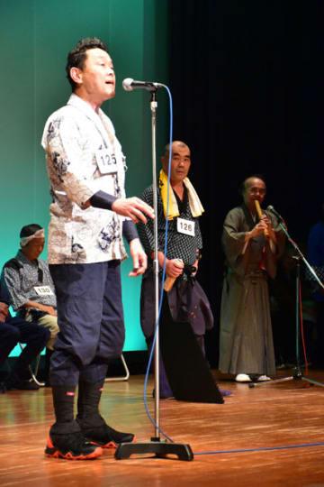 声量たっぷりに歌い上げる日向木挽唄全国大会の出場者