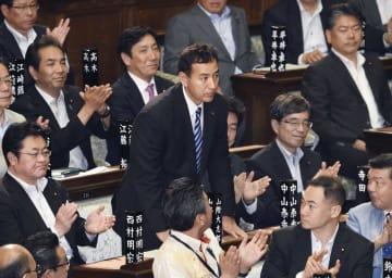 衆院本会議で自身の解任決議案が否決され、一礼する山際大志郎内閣委員長=14日午後