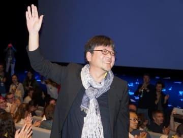 「アヌシー国際アニメーション映画祭」で行われた「未来のミライ」上映会の舞台あいさつに登場した細田監督(C)2018 スタジオ地図