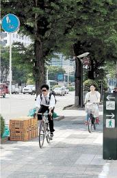 自転車は車道通行が原則だが、自転車通行帯が設けられるなど、通行できる歩道もある=仙台市青葉区