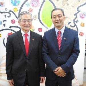 (右から)来社した喜納会長と宮岡副会長