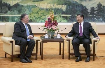 中国の習近平国家主席(右)と会談するポンペオ米国務長官=14日、北京の人民大会堂(共同)