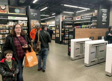 アマゾン・コムのレジのない食品店「アマゾン・ゴー」の店内=3月、米シアトル(共同)