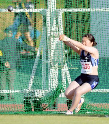 女子ハンマー投げ決勝 45メートル65の自己記録で2位に入った山本琳(水沢一)=北上市・北上総合運動公園陸上競技場