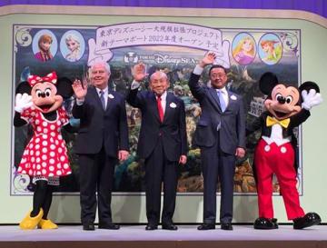東京ディズニーシーの大規模拡張を発表したオリエンタルランドの加賀見会長(中央)。右隣は上西社長ら=14日、浦安市のホテル