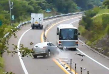 ワイヤロープ方式の防護柵が正面衝突事故を防いだ様子(国交省提供)