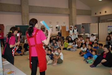 エプロンシアターを熱心に見入る子どもたち=島原市保健センター