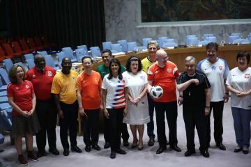14日、ニューヨークの国連本部で代表チームのユニフォーム姿で記念写真を撮る国連大使ら(ゲッティ=共同)