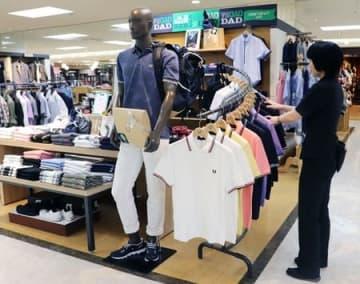 父の日に向け、人気のポロシャツが並ぶ新潟伊勢丹の紳士服売り場=新潟市中央区