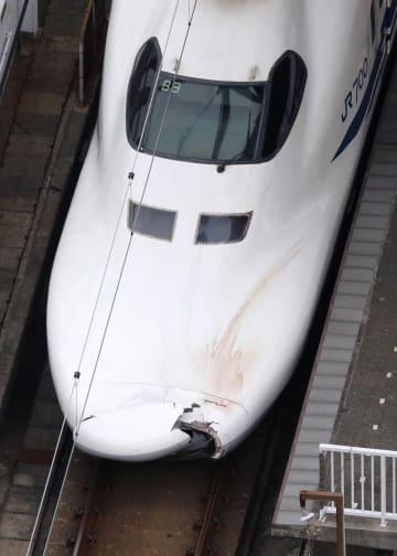 ボンネットの先端が割れた山陽新幹線ののぞみ176号=14日、JR新下関駅(共同通信社ヘリから)