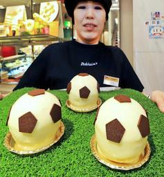 W杯開幕に合わせて販売が始まったサッカーボール形ケーキ=神戸市中央区元町通1、ユーハイム本店(撮影・斎藤雅志)