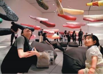 須藤玲子がデザインした80匹のこいのぼりが泳ぐ空間=15日午前、大分市の県立美術館