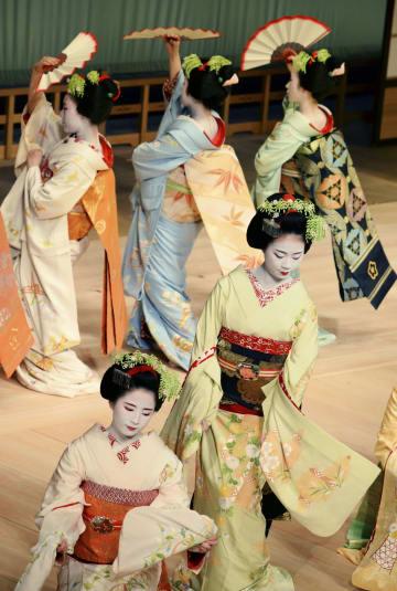 京都五花街の合同公演「都の賑い」を前に「総ざらえ」で舞う舞妓=15日午後、京都市