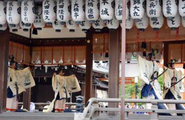八坂神社の例祭で披露された東遊(京都市東山区)