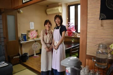 吉成さん(左)が自宅を改装してオープンした朝食の店「まるカフェ」
